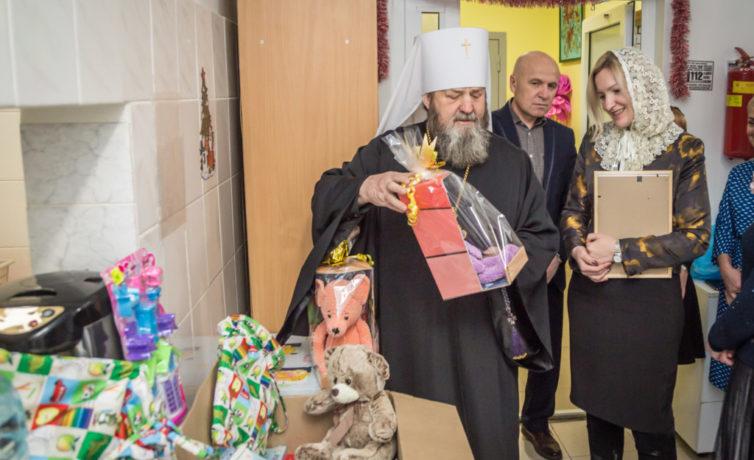 Прихожане кафедрального храма собрали подарки к Рождеству для нуждающихся