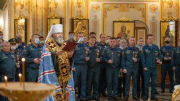 Сотрудники МЧС помолились за молебном и панихидой в Михаило-Архангельском соборе